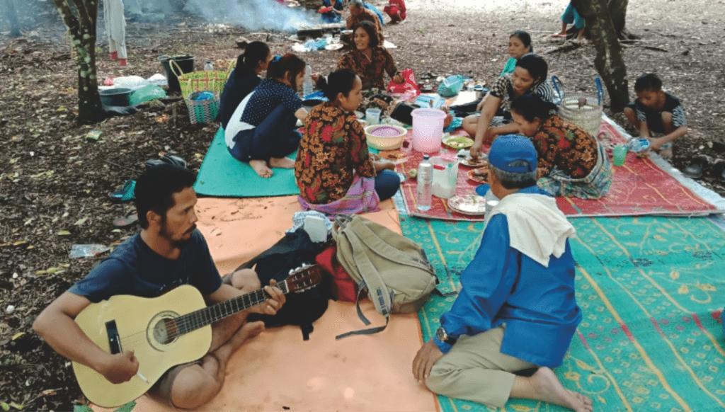 Wisatawan sedang piknik bersama keluarga