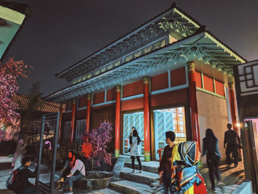 suasana malam di kampung korea lembang bandung
