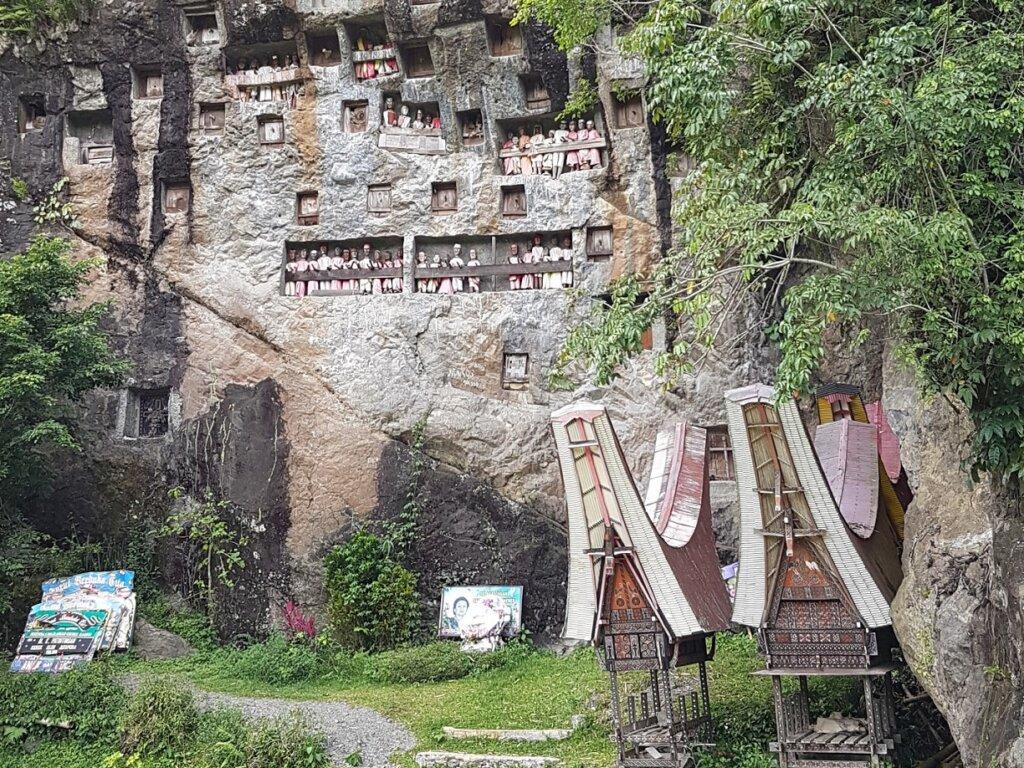 area pemakaman raja-rja di bibir tebing