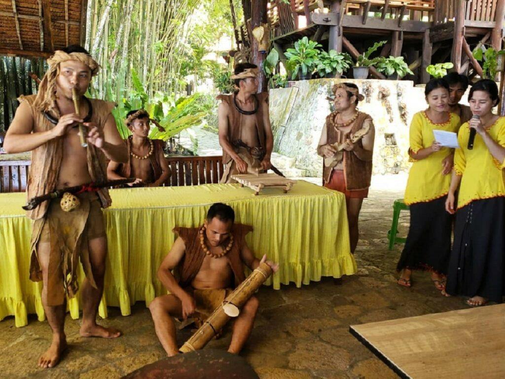 Alat musik tradisional Nias, dimainkan pemusik dengan pakaian berbahan kulit kayu