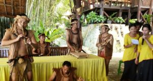 Alat musik tradisional Nias, dimainkan pemusik dengan pakaian berbahan kulit kayu. di Museum Pusaka Nias Gunungsitoli Sumatera Utara - museumpusakanias
