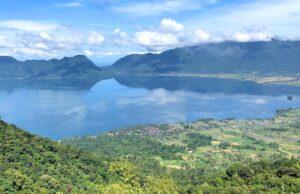Bentang alam danau maninjau dikelilingi perbukitan hijau