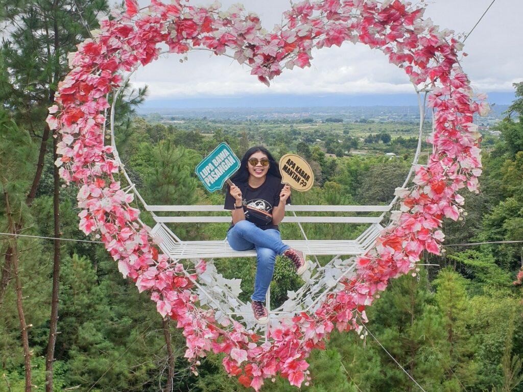 wahana foto simbol hati dihiasi bunga-bunga di Rumah Pohon Sidikalang