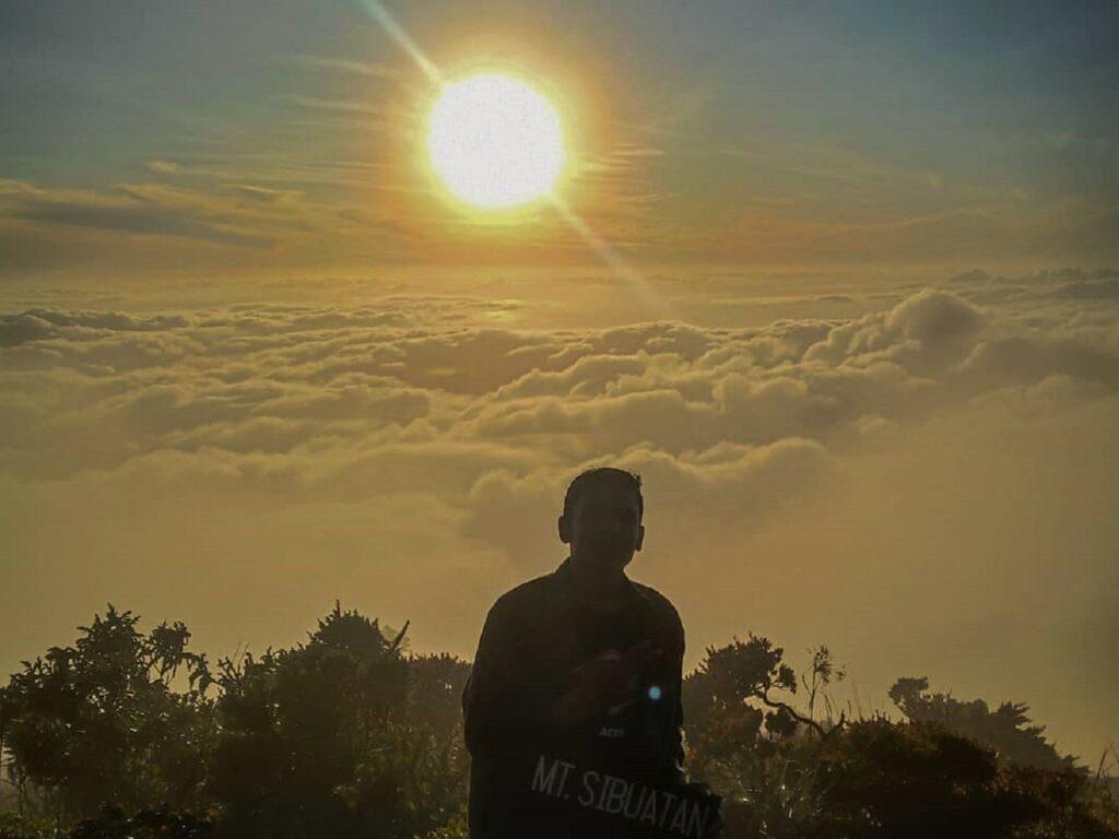 Berburu momen terbitnya matahari dari balik samudera awan di puncak gunung