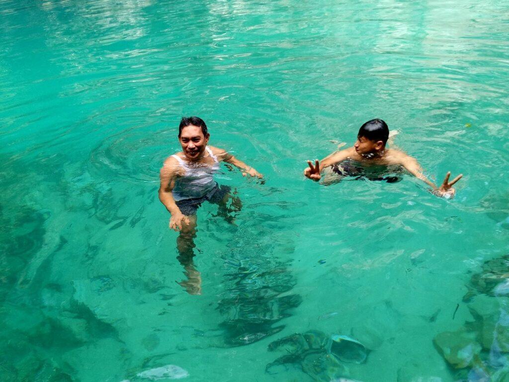 Berenang di jernihnya air danau berwarna biru kehijauan
