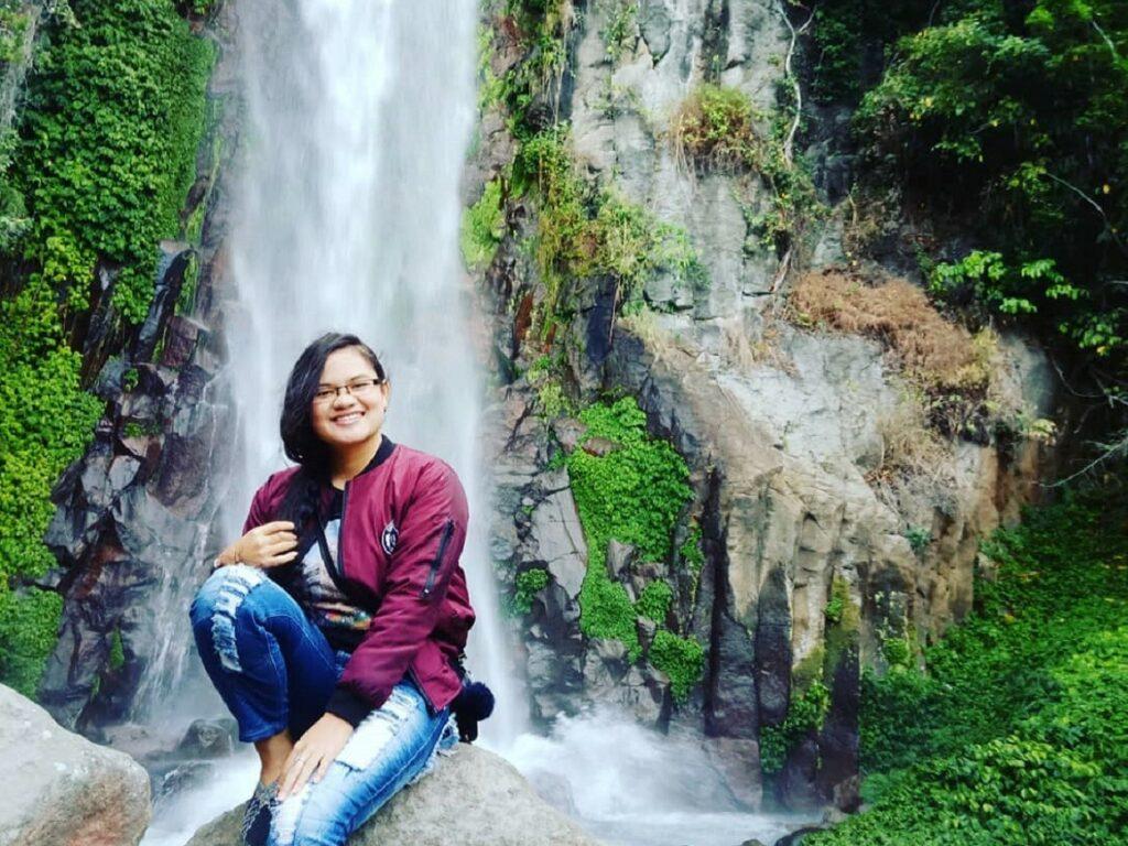 Berfose dengan latar keindahan Air Terjun