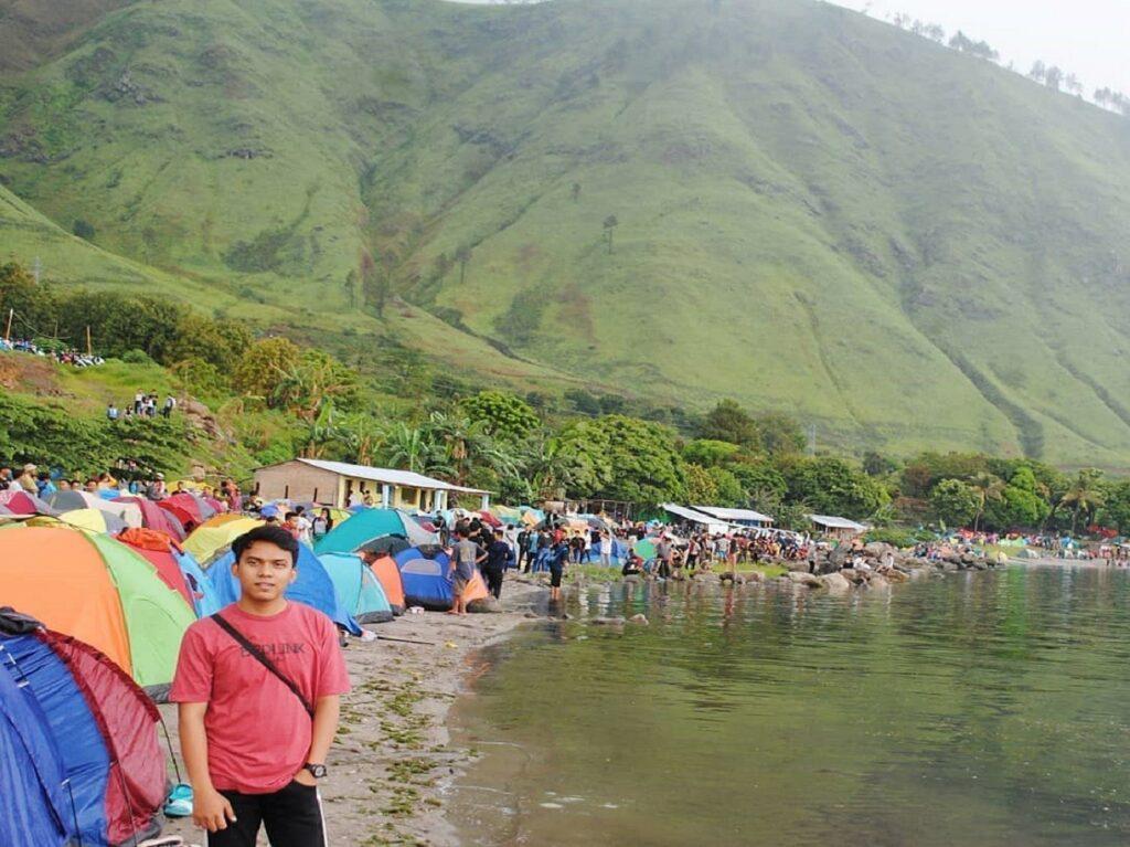 tenda-tenda di area berkemah tepi danau