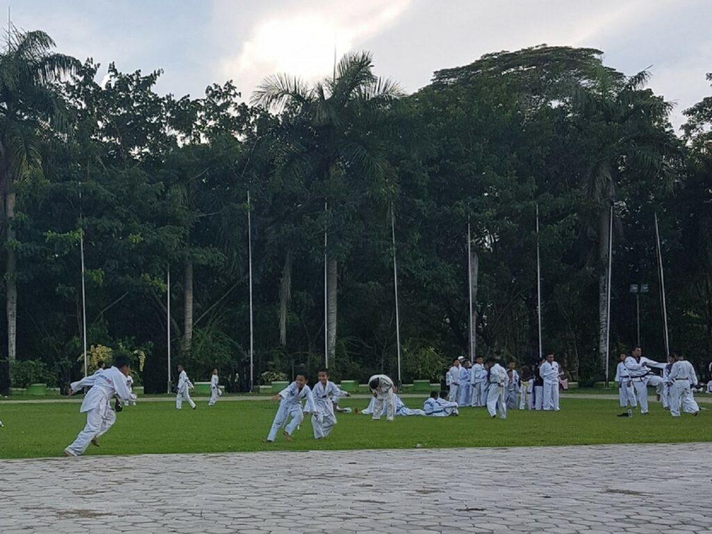Berkumpul bersama komunitas hobi di Taman Kota Kendari Sulawesi Selatan - Jean Christine