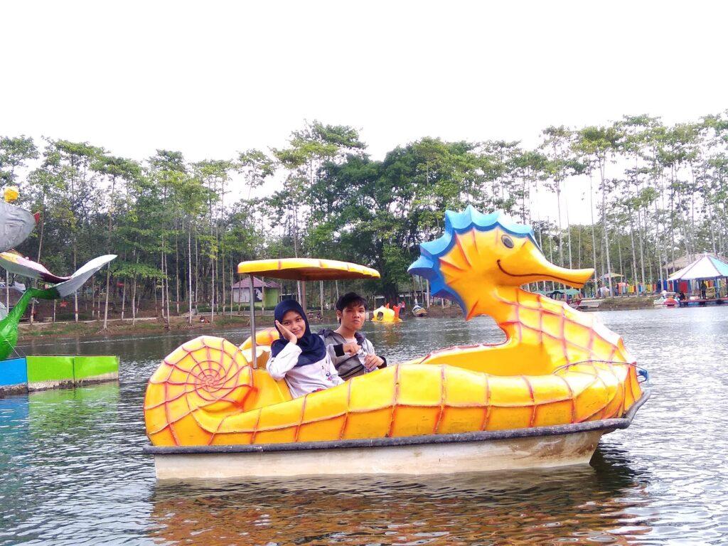 Bermain Perahu Kayuh Menikmati Perairan Danau