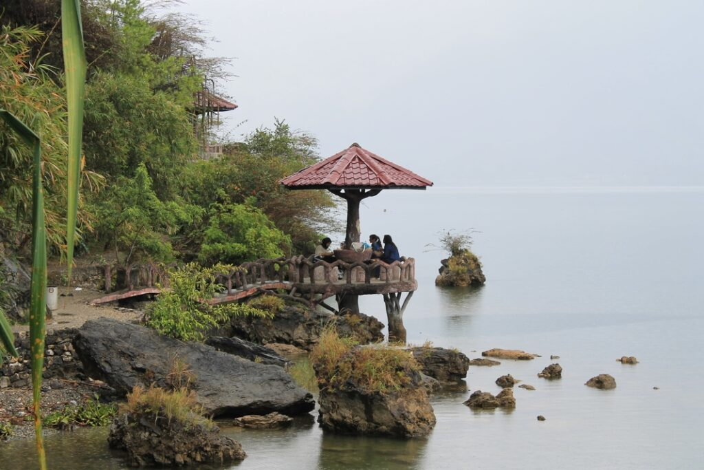 Gazebo tempat bersantai pengunjung Danau Lau Kawar