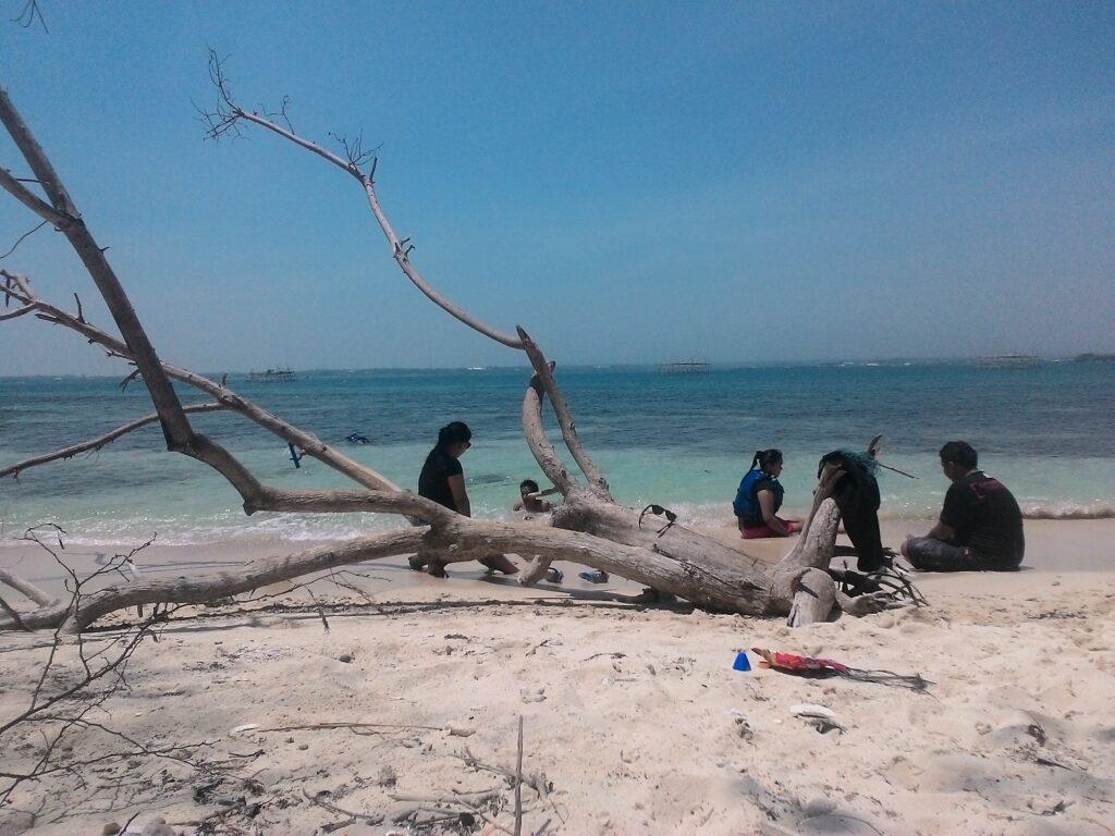 Bersantai di Tepi Pantai setelah Snorkeling