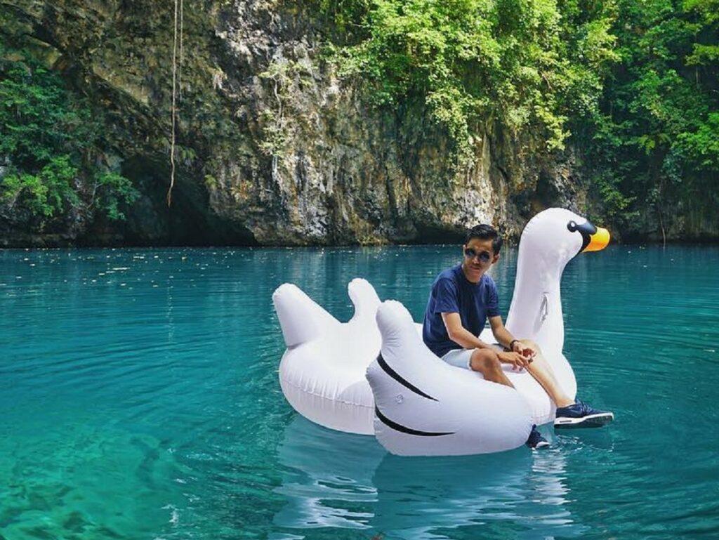 Bersantai menikmati suasana ketenangan yang tersaji di Danau Biru Kolaka Utara Sulawesi Tenggara - fauzihm
