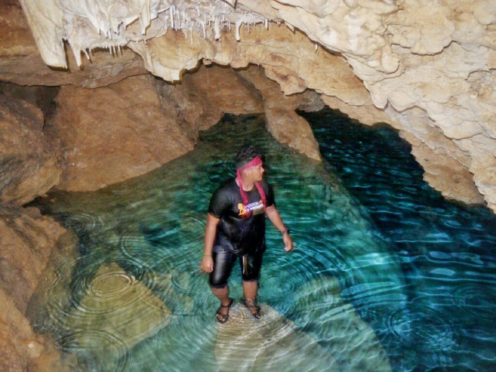 Gua Lakasa dengan kolam berisi air biru jernih di Pulau Buton Buton Sulawesi Tenggara - Wandy