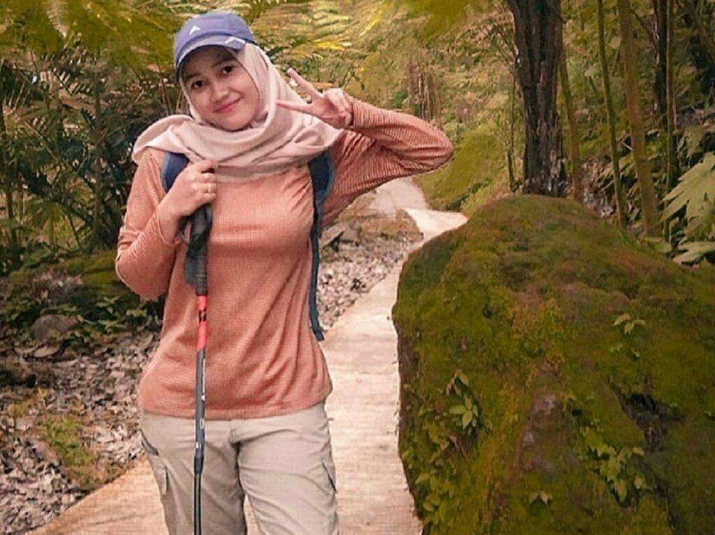 Jalur treking menuju Air Terjun Sikulikap Karo Sumatera Utara sudah tertata rapi dan dikelola dengan baik - nickyfitriani