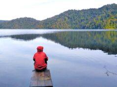 keindahan danau lau kawar berpadu dengan perbukitan hijau