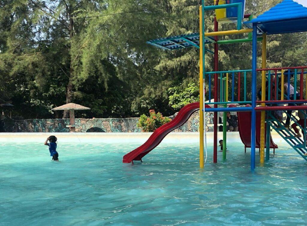 Kolam renang dengan wahana seluncuran air anak-anak