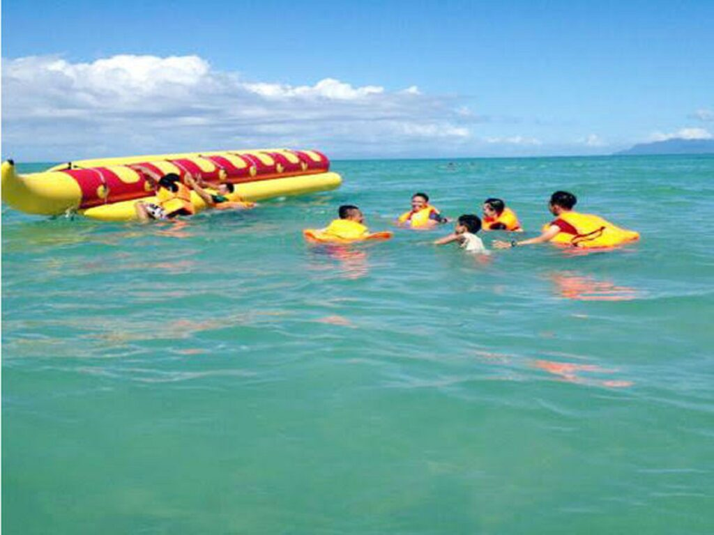 Mencoba wahana Banana Boat di Pantai Toronipa Konawe