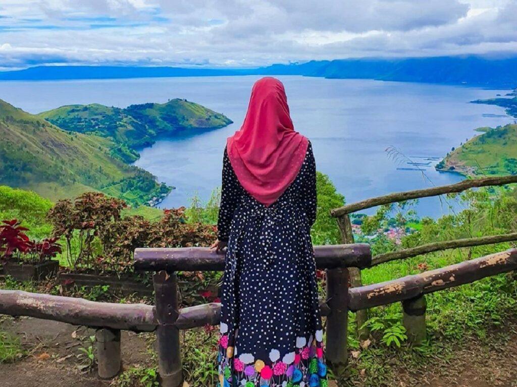 Menikmati pemandangan indah Danau Toba dari Sapo Juma