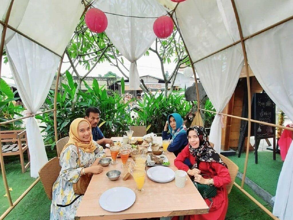 wisatawan sedang menyantap makanan di tenda-tenda restoran