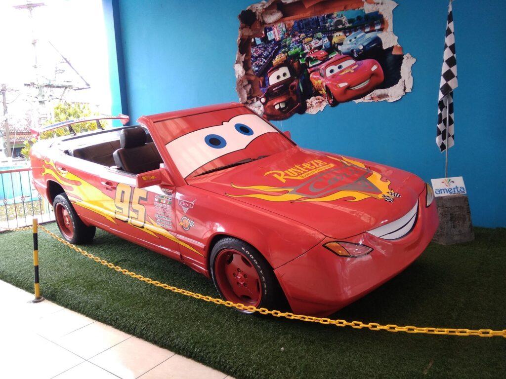 Mobil Lightning McQueen yang siap Diajak Berfoto