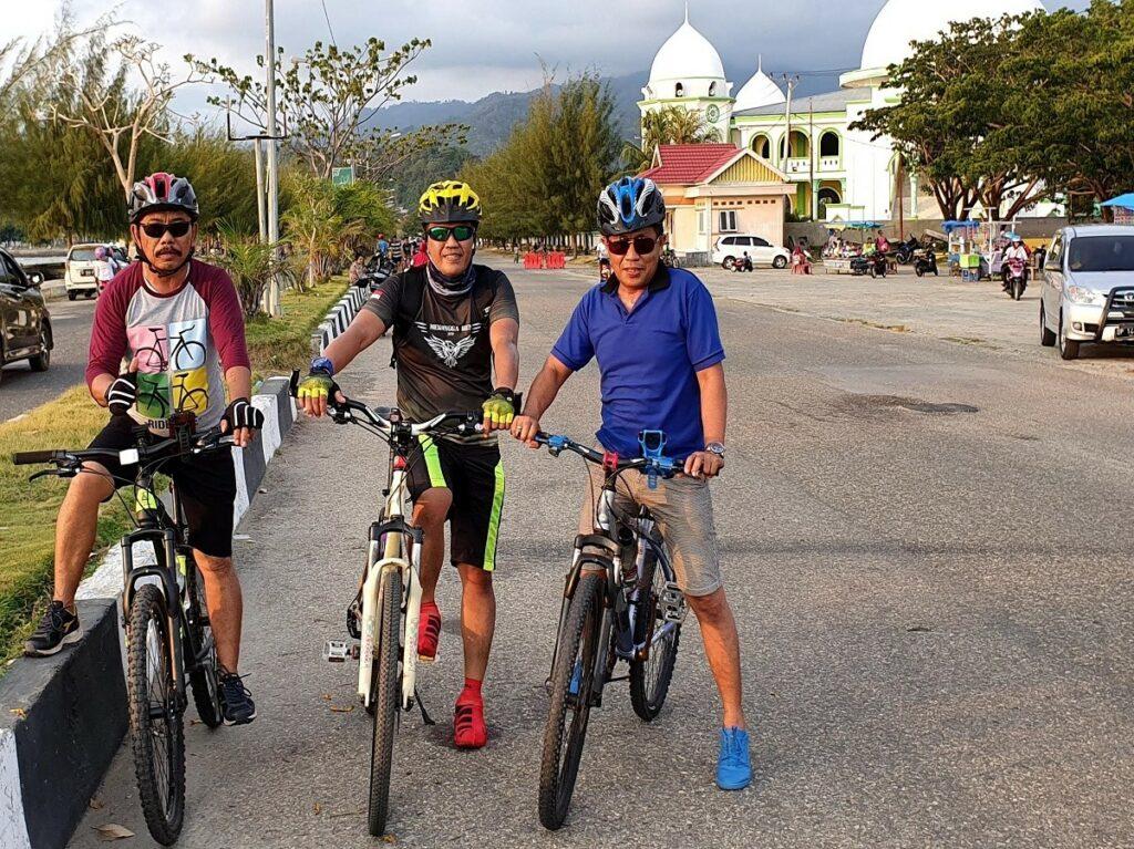 Olahraga di kawasan wisata Pantai Mandra Kolaka Sulawesi Tenggara - ANDI DARMAWAN