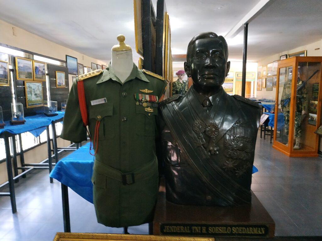 Patung dan Baju Sang Jenderal
