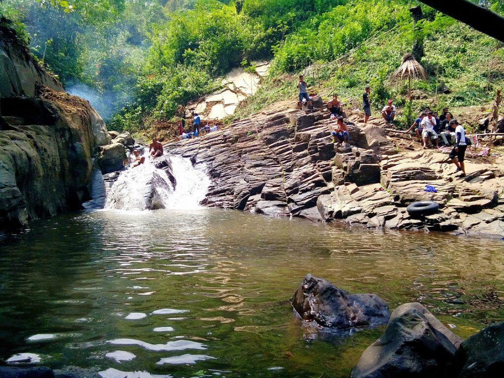 Pengunjung sedang Menikmati Jernihnya Sungai