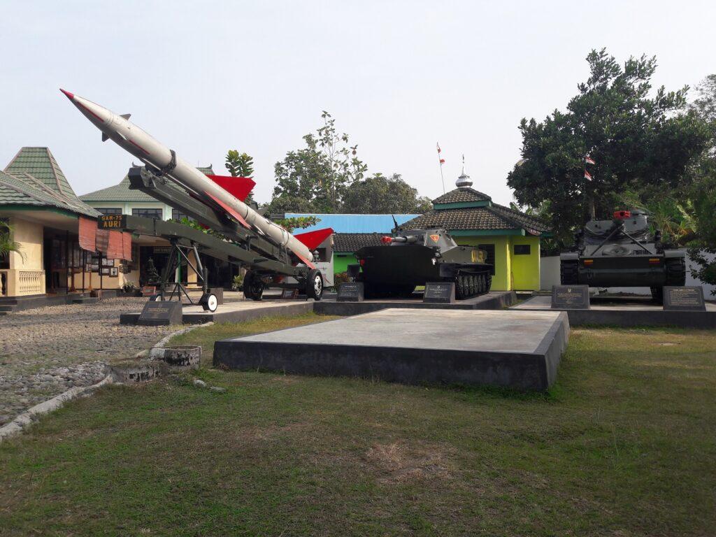 Peralatan Perang di Halaman Museum