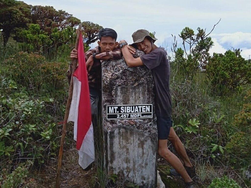 Pilar Deleng Sibuatan merupakan sebuah tugu penanda titik tertinggi Gunung Sibuatan Diari Sumatera Utara - gunung.sibuatan
