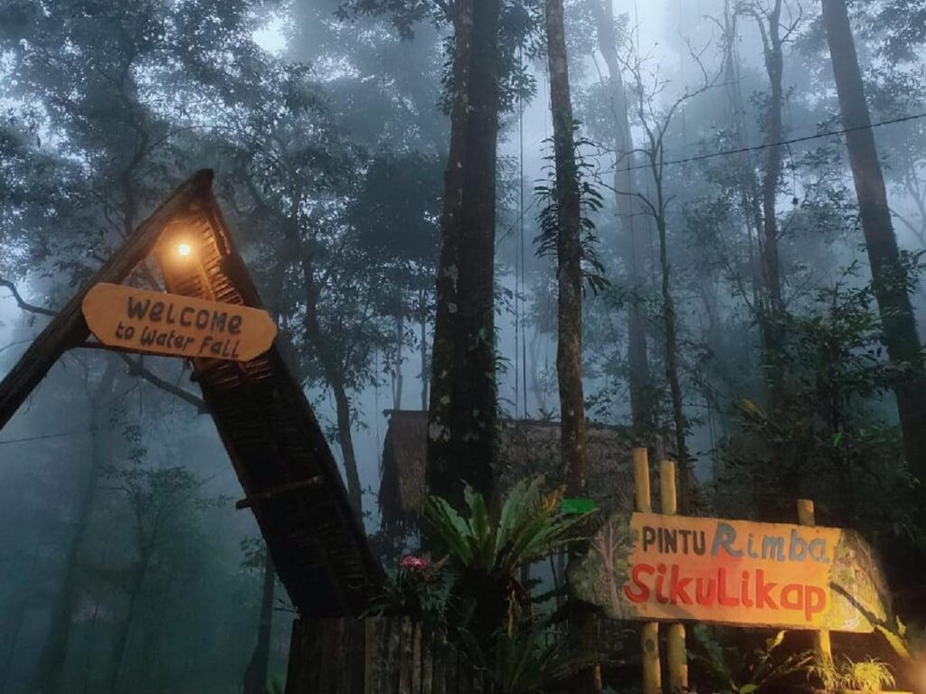 Pintu masuk kawasan wisata Air Terjun Sikulikap Karo