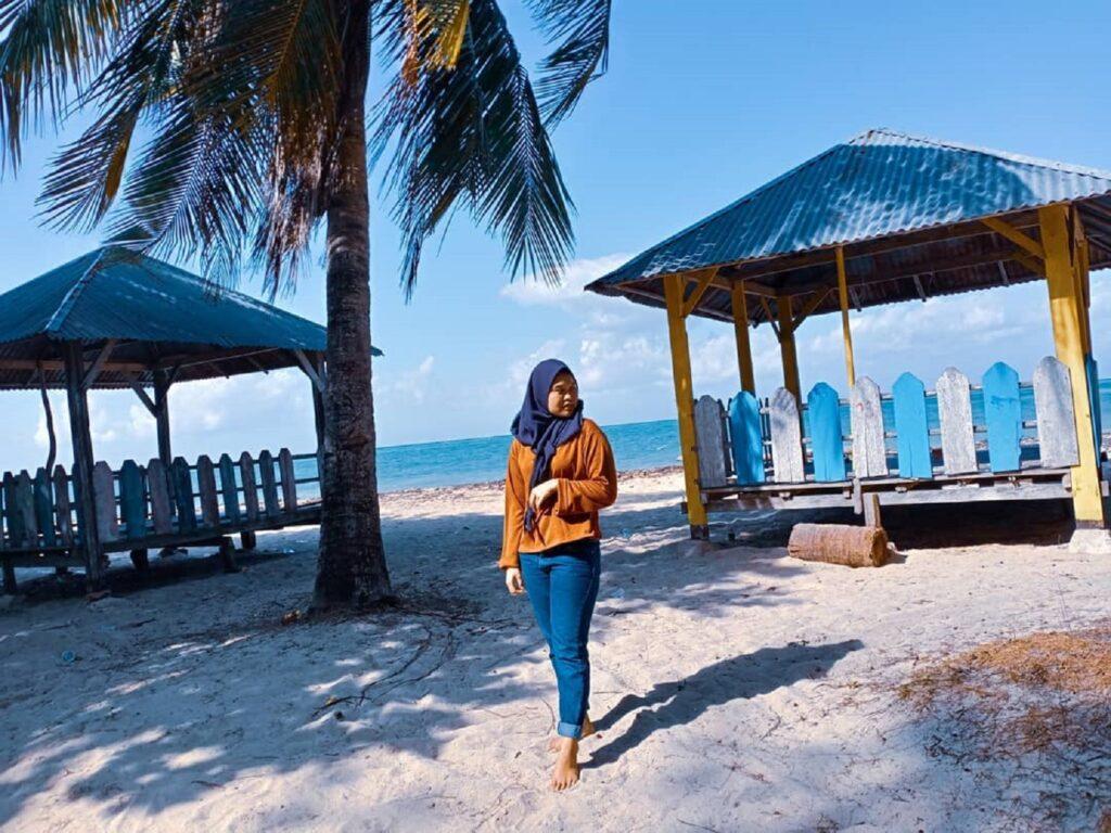 Pondok-pondok gazebo tersedia di area pesisir sebagai tempat bersantai