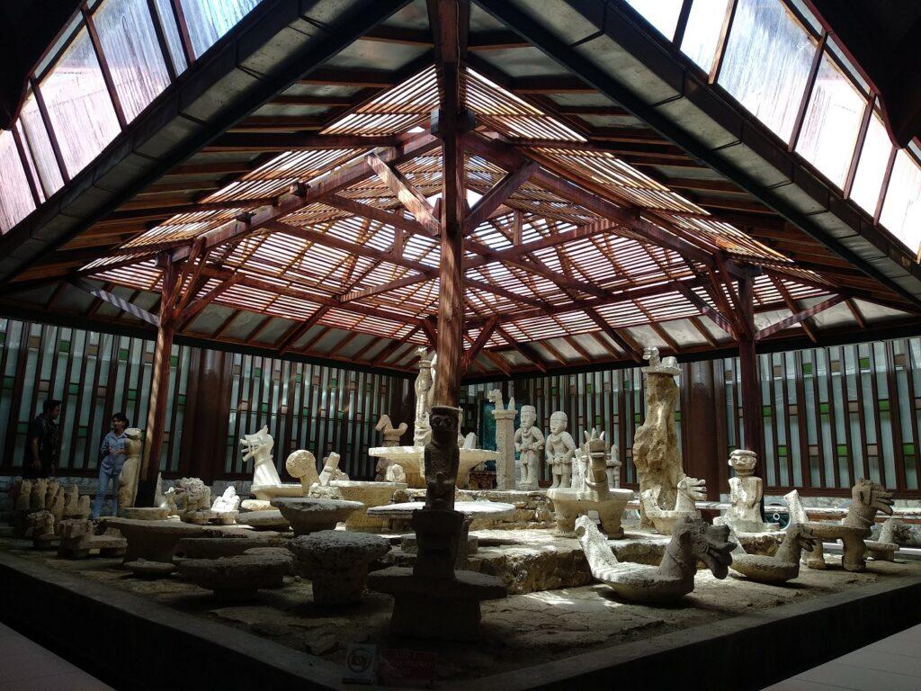 Ruang pameran berisi artefak kebudayaan di Museum Pusaka Nias Gunungsitoli Sumatera Utara - Bastian AS