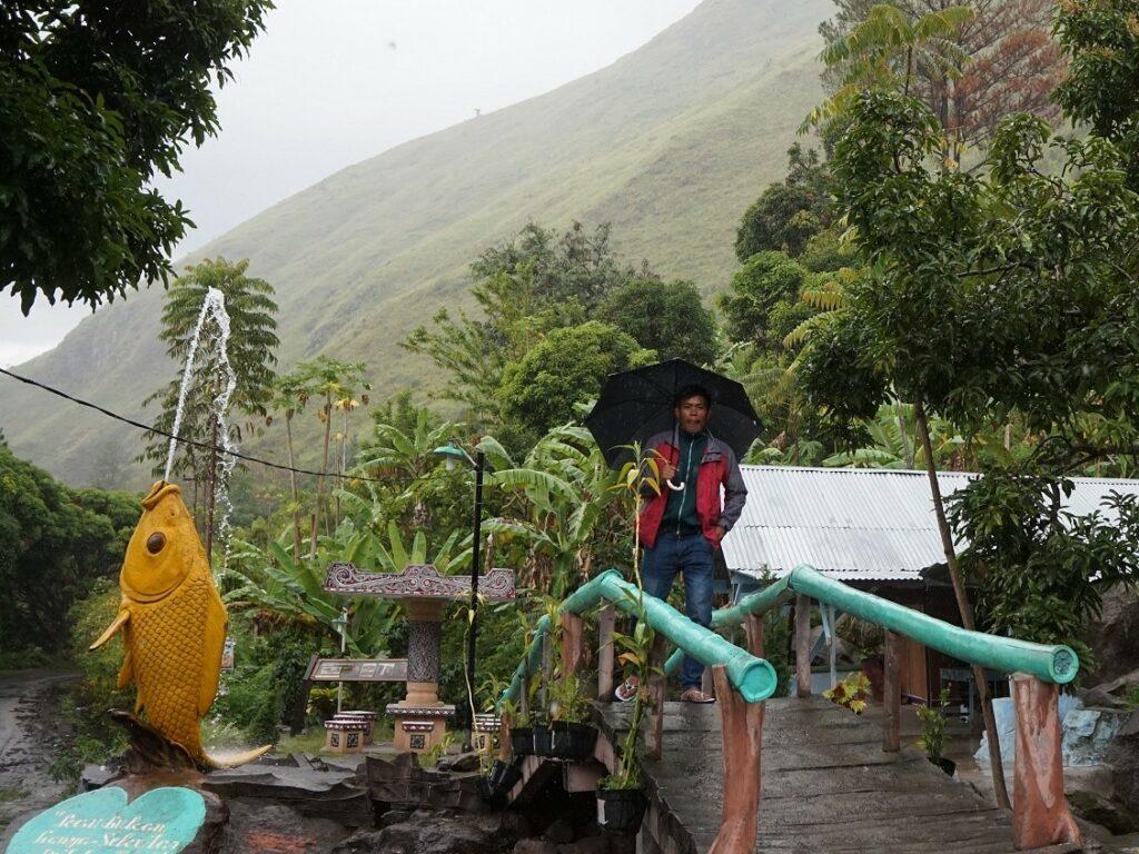 Sebuah taman dengan patung ikan menyambut wisatawan yang datang