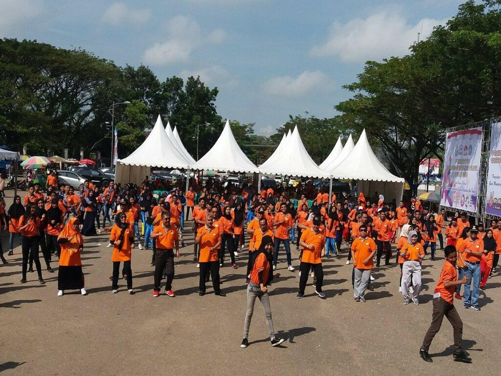 Senam aerobik bersama di Taman Kota Kendari Sulawesi Selatan - Agus Setiawan