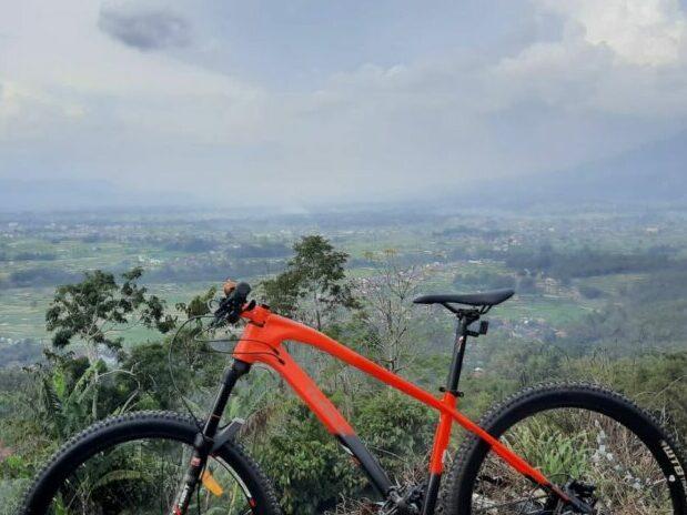 sepeda dengan view dari lereng Singgalang