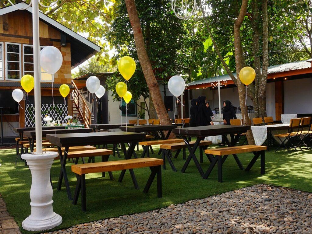 meja-meja cafe di area taman