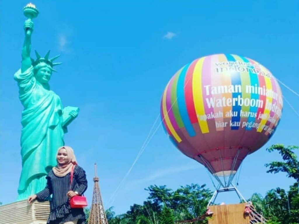 taman miniatur dunia patung liberty dan balon warna-warni