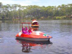 bermain wahana perahu dayung di danau waduk
