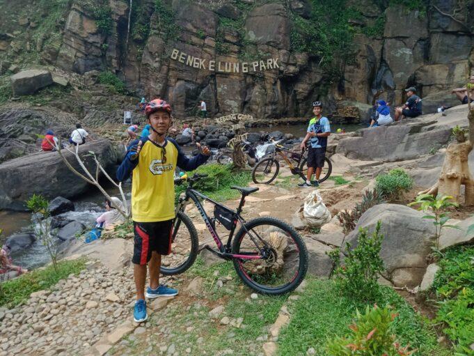 Wisatawan Bersepeda menuju Bengkelung Park