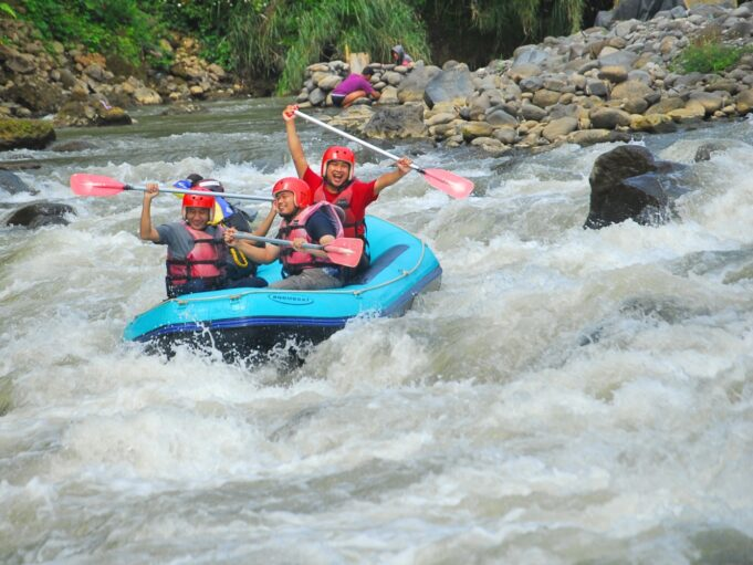 arung jeram perahu karet sungai serayu