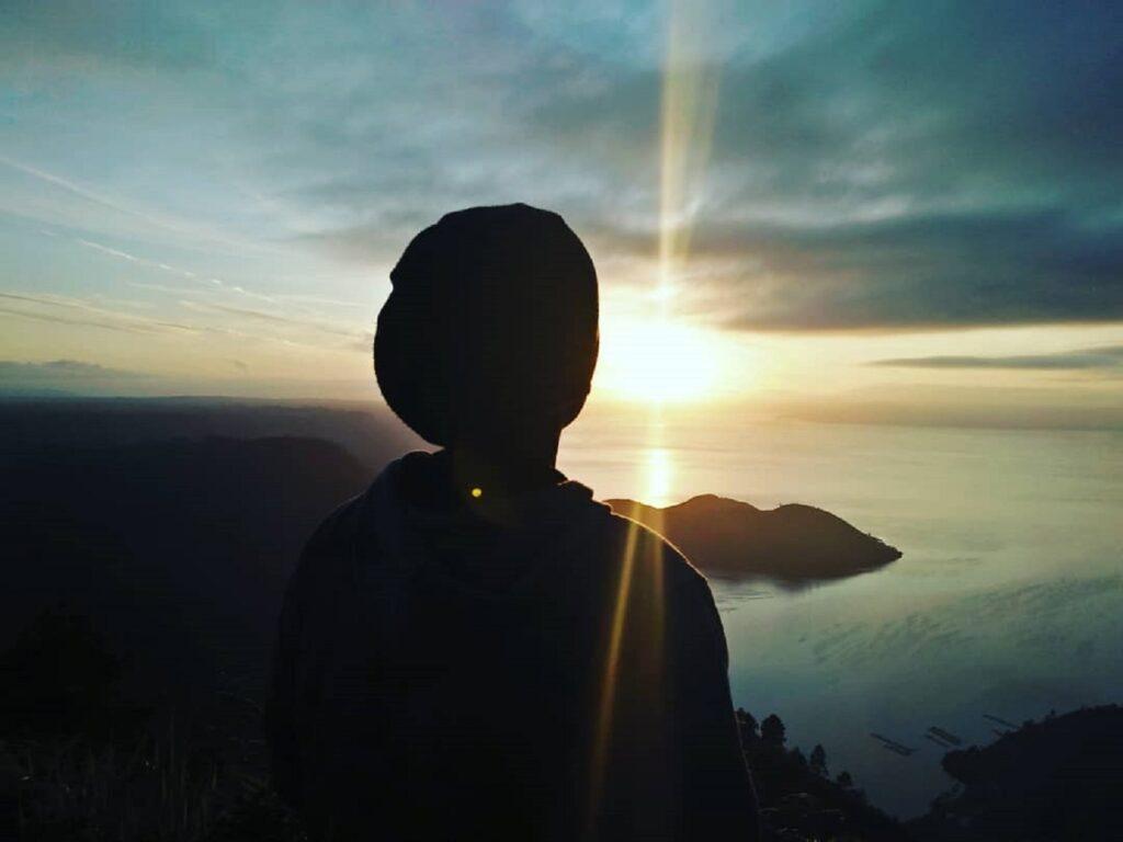 momen matahari terbit dari puncak bukit
