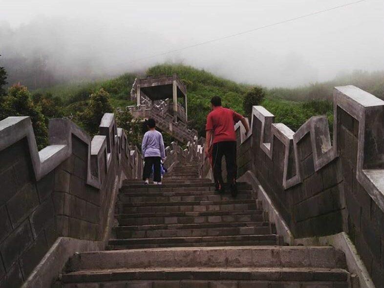 Aktivitas Jogging melintasi anak tangga yang ada di lereng singgalang