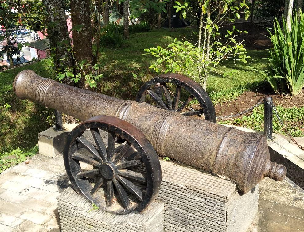 Meriam peninggalan 1813 di Fort De Kock