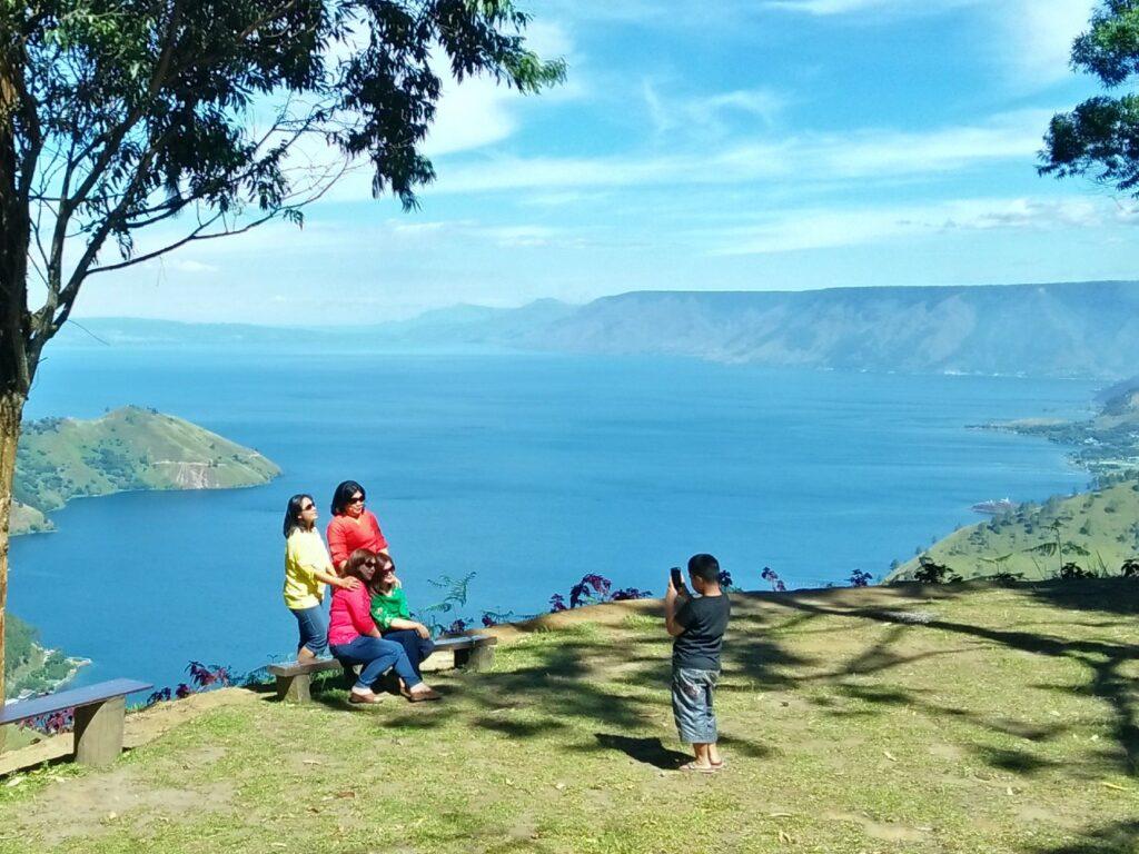 Pemandangan danau toba dari sapo juma