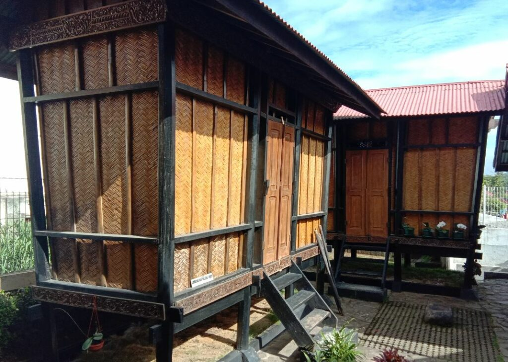 lumbung padi (rangkiang) di Rumah Kelahiran Bung Hatta