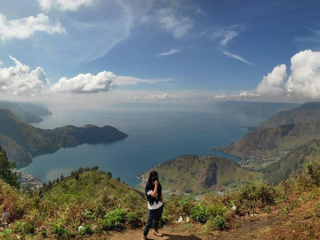 Panorama hamparan pesona perairan Danau Toba dengan pegunungan yang mengelilingi Bukit Gajah Bobok Karo Sumatera Utara - sherlyjia