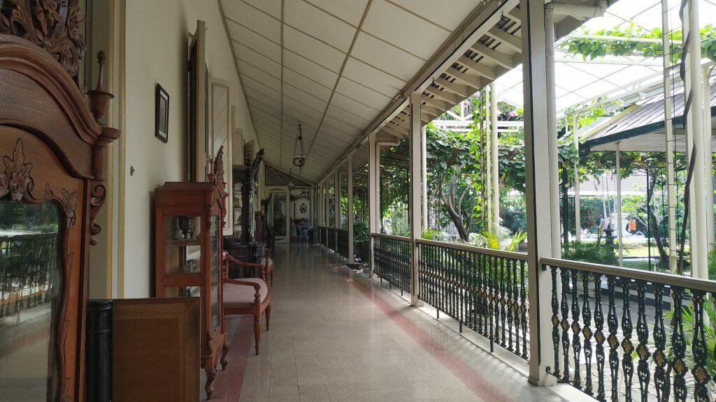 Arsitektur Indah di Lorong Istana