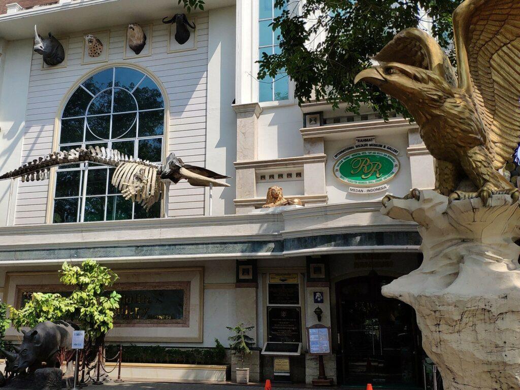 Bagian depan gedung museum Rahmat International Wildlife Museum & Gallery Medan Sumatera Utara - Em Shal