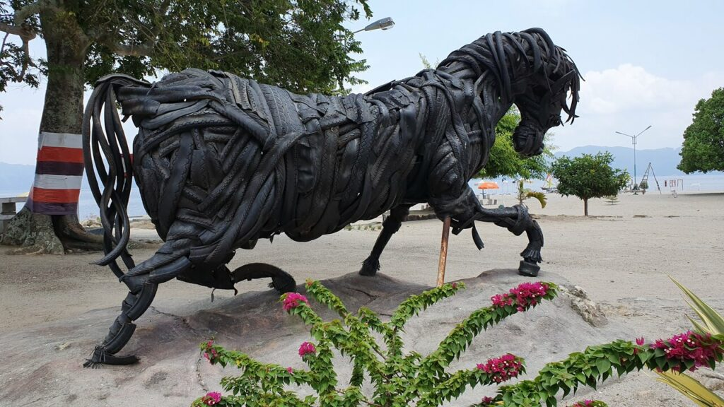 Batu Hoda atau Patung Kuda sebagai ikon Pantai Batu Hoda. Lambang kesetiaan dan cinta abadi
