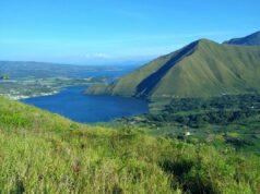 bukit hijau berlatar panorama danau toba